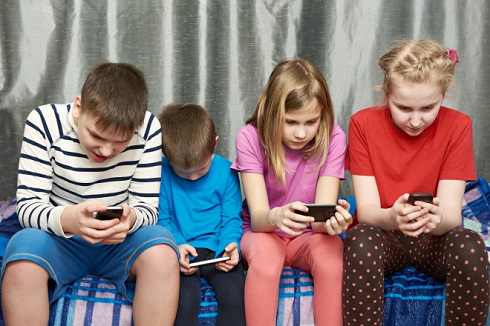 کودک موبایل به دست
