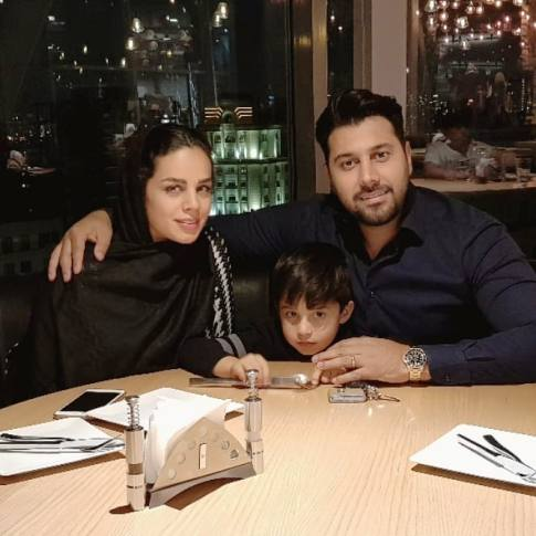احسان خواجه امیری و همسر و فرزندشان در یک رستوران