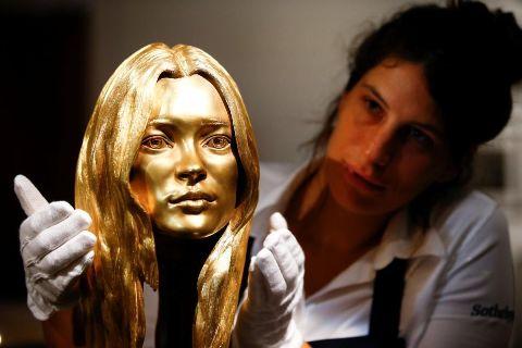 مجسمه طلایی از چهره کیت ماس