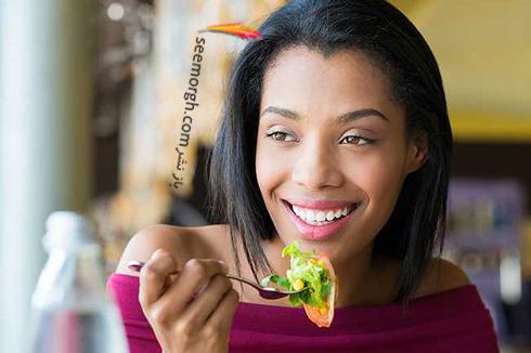 عکس زن در حال خوردن غذا