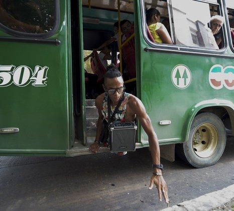 آلفونسو مندوزا درحال پیاده شدن از اتوبوس