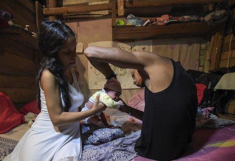 آلفونسو مندوزا در کنار همسر و فرزندش