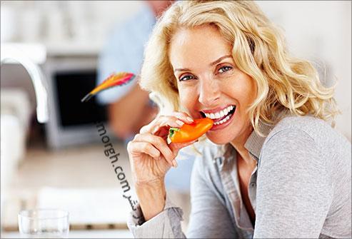 زنی در حال خوردن فلفل