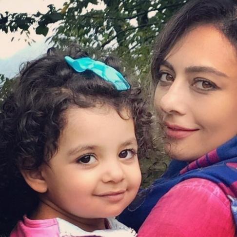 يکتا ناصر در کنار دخترش