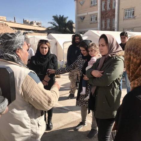 صحبت کردن نیکی کریمی در مناطق زلزله زده