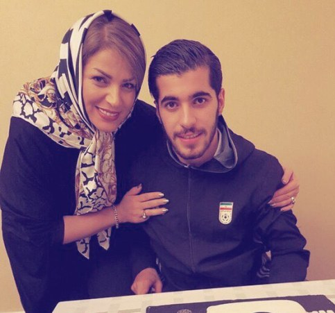 سعید عزت اللهی در کنار مادرش