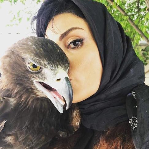 سارا خوئینی ها در کنار یک عقاب
