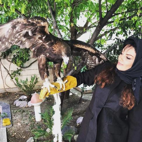 عکس سارا خوئینی ها در کنار یک عقاب