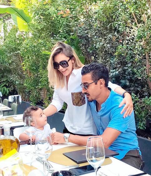 رضا قوچان نژاد در کنار همسر و فرزندش