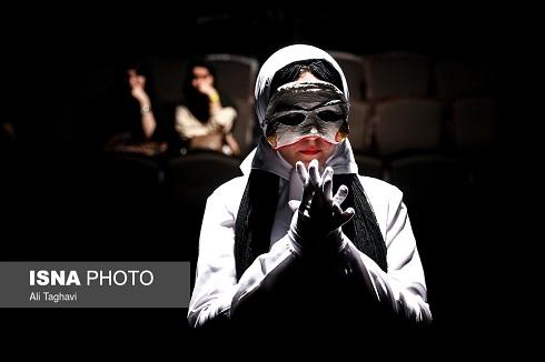 اجرای تئاتر,معصومه عطایی,قربانی اسیدپاشی بازیگر شد,نمایش شاباش خوان,بازیگران نابینا,عکس نمایش