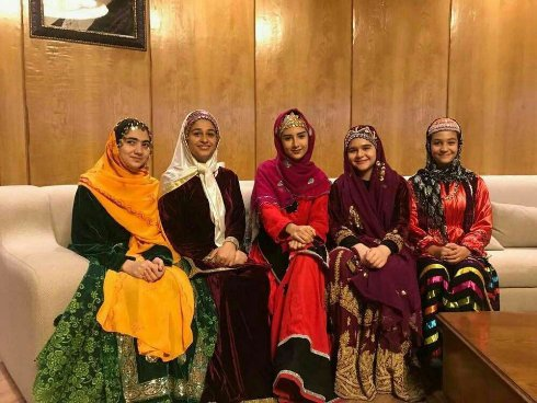 دختران ایرانی با لباس محلی در بازی فینال