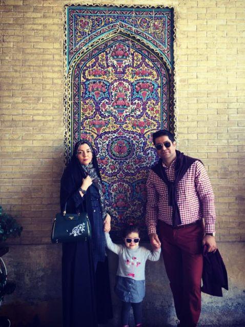 آزاده نامداری در کنار همسر و دخترش