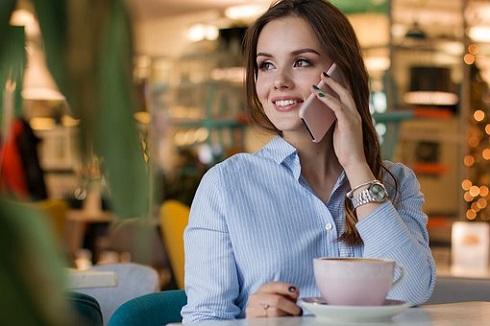 نوشیدن قهوه و صحبت با موبایل