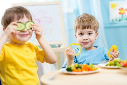 کودکان در حال غذا خوردن