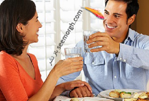 زن و شوهر در حال غذا خوردن