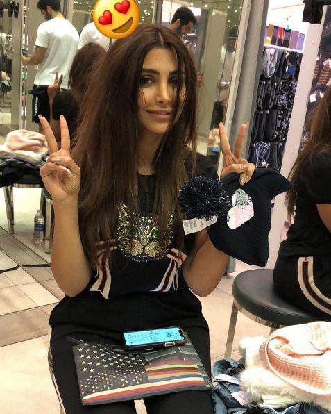 الهام عرب در یک فروشگاه