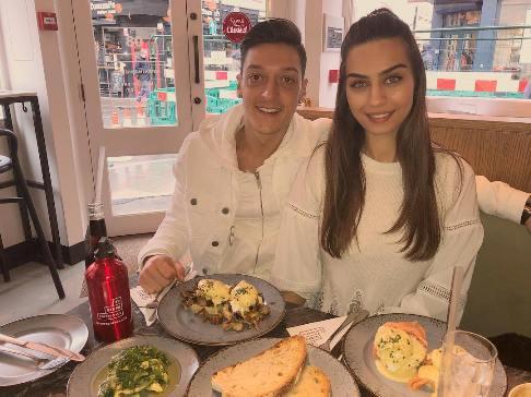 مسوت اوزیل در کنار امینه گولسه دختر شایسته ترکیه