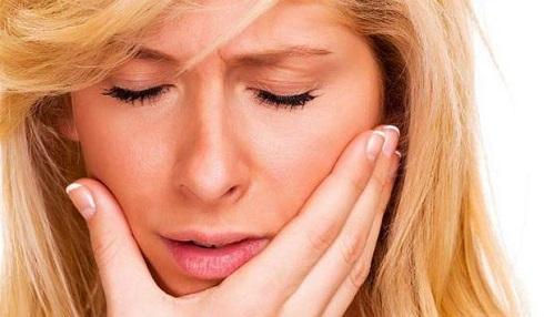 زنی مبتلا به بیماری دهان