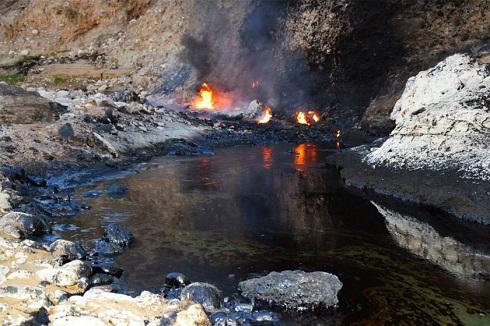 رودخانه قیر,رودخانه رامهرمز,سفر به خوزستان,رودخانه عجیب رامهرمز,خون اژدها در چشمههای قير رامهرمز,چشمه قیر رامهرمز
