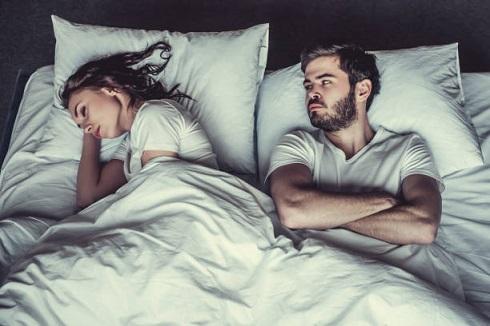 زوج ناراحت در تخت خواب
