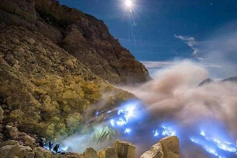 کوه اتشفشان در اندونزی,مذاب آبی رنگ,آتشفشان کاوا آیجن,کوه زیبای آتشفشان
