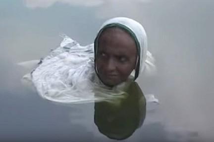 زن هندی در دریاچه