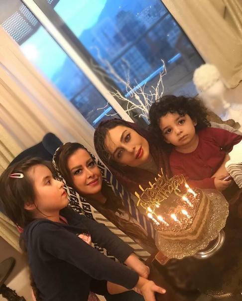 کیک تولد یکتا ناصر در کنار دوستش