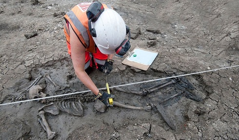 کشف اسکلت و چکمه های چرمی 500 ساله