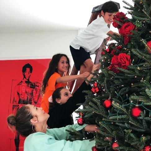 دو قلو های جنیفر لوپز درحال تزیین درخت کریسمس