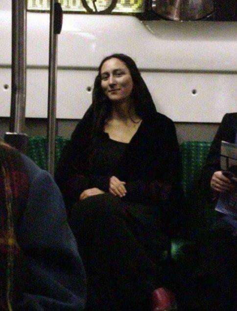 شباهت چهره زن جوان به مونالیزا