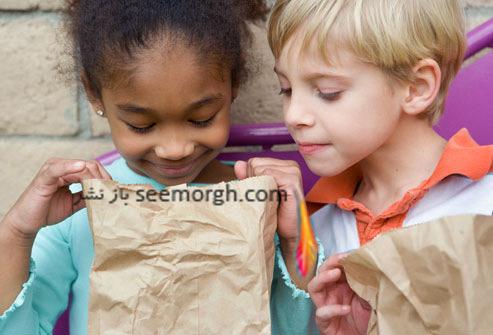 کودکان در حال خوردن غذا