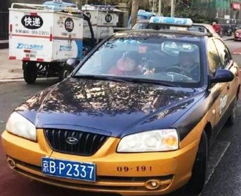 راننده تاکسی به همراه همسرش