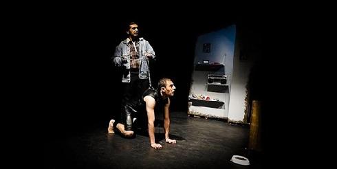 سگ شدن بازیگر,انتقاد به نمایش,انتقاد به تئاتر,عشق ثگی,بردگی جنسی در نمایش