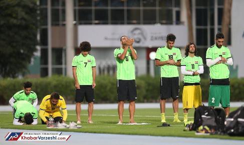 نماز خواندن بازيکنان شيعه و سني عراق در کنار يکديگر