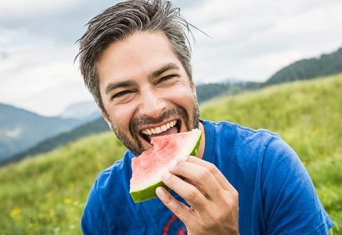 مرد در حال خوردن هندوانه