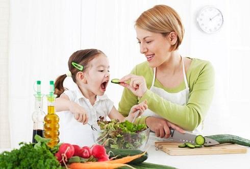 مادر و دختر در آشپزخانه