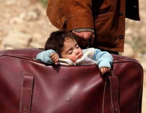 پدر سوری درحال فرار از جنگ با کودکش