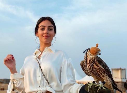 جورجینا رودریگوئز در کنار یک شاهین