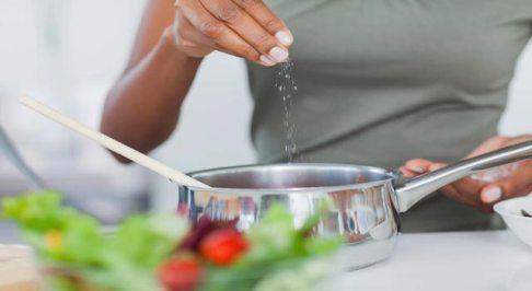 رفع شوری غذا,روش های از بین بردن شوری غذا,ترفندهای رفع شوری غذا,رفع شوری غذا با استفاده از سیب زمینی