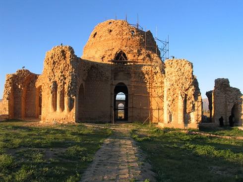 کاخ سروستان,ینای دوره ساسانی,کاخ دوره ساسانی,بنای تاریخی شیراز,آجرکاری دوره ساسانی,معماری قدیمی