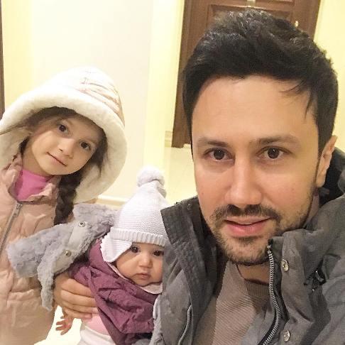عکس جدید شاهرخ استخری با دخترانش پناه و نبات