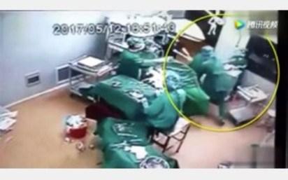 درگیری 2 جراح در اتاق عمل