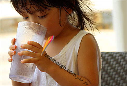 کودک در حال نوشیدن آب