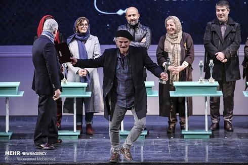 رضا صابری، کارگردان برتر در بخش مسابقه ایران دو به خاطر نمایش «دریاچه قو»