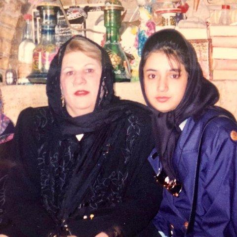 شبنم قلی خانی در کنار مادرش