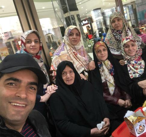 عکس منوچهر هادی در کنار مادر و خواهرانش