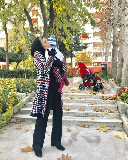 مادر ساره بیات به همراه نوه اش پسر سروین بیات و رضا قوچان نژاد