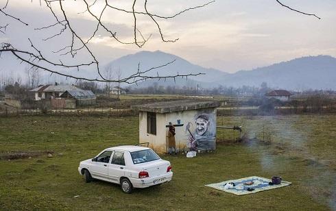 نقاشی پیرزنان و پیرمردان روستا بر دیوار