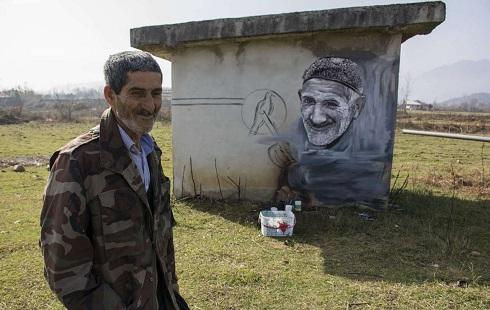 ترسیم چهره روستاییان روی دیوار