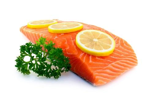 ماهی سالمون و برش های لیمو ترش